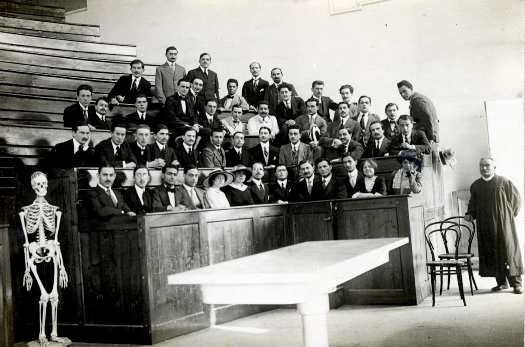 GLI STUDI 1916: compie il tirocinio presso la clinica neurologica dell'ospedale Salpêtrière di Parigi, diretta da Pierre Marie, e si specializza in elettroterapia ed elettrodiagnosi.  1934: consegue il titolo di specialista in neurologia.