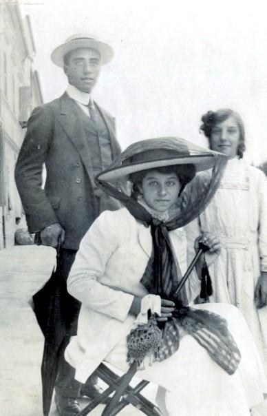 LA FAMIGLIA DI GIULIO BONARELLI  - I FRATELLI  Vittorio Emanuele Bonarelli (1889-1956). Laureato in giurisprudenza e in scienze politiche, diplomatico dal 1921, fu ministro in Finlandia (1939), a Montevideo (1941) e ambasciatore a Cuba (1953). Virginia Bonarelli (1899-1985) Laureata in chimica, lavorò all'Ufficio igiene e profilassi di Ancona.