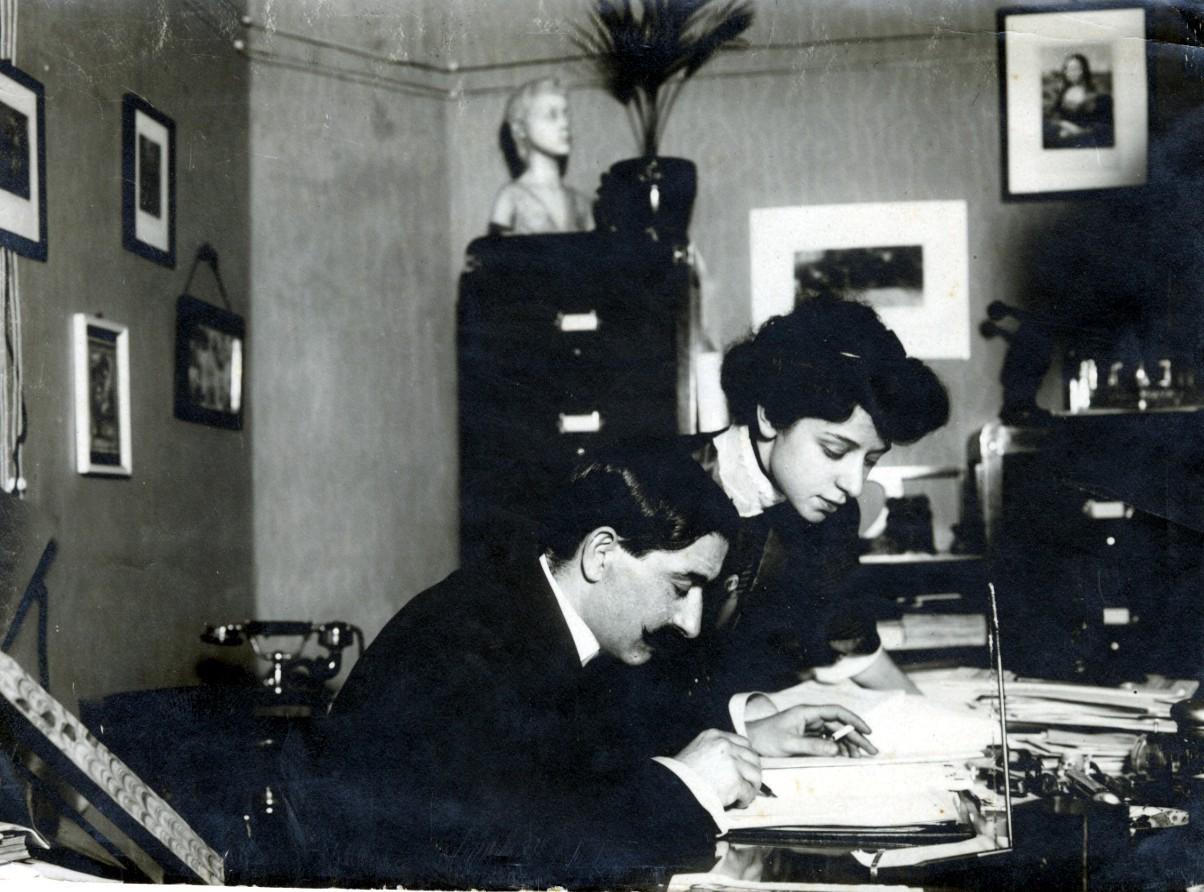 IL MARITO  Gustavo Modena (1876-1958).  Nasce a Reggio Emilia, da Flaminio e Arianna Beer. Si laurea in medicina e chirurgia con Augusto Tamburini nel 1901. Nel 1903 giunge ad Ancona, presso il locale manicomio, di cui nel 1906 diviene primario; nel 1913 ne diverrà direttore, fino al 1939, quando ne verrà allontanato a seguito delle leggi razziali, per essere reintegrato nel 1950. Nel 1911 sposa Giulia Bonarelli, che dopo la laurea lavora in collaborazione con il marito, occupandosi soprattutto di elioterapia. Modena è tra i primi divulgatori in Italia del pensiero e delle opere di Freud; in seguito però il suo atteggiamento verso la teoria freudiana diventa polemico e sfavorevole. Nel 1925 progetta e fa istituire un Ufficio statistico delle malattie mentali, affidato alla sua direzione. Dopo la morte della moglie, avvenuta prematuramente nel 1936, Modena lascia il suo lavoro ad Ancona e si trasferisce nel 1937 a Roma, dove muore nel 1958, dopo essere restato ancora attivo come clinico e uomo di cultura.